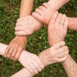Wir helfen auf der Suche nach einem Kredit, einem Girokonto oder einer Kreditkarte.